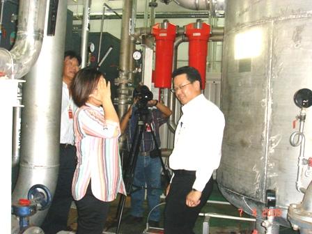 คุณธีรยุทธ ผู้จัดการฝ่ายวิศวกรรมโรงงาน ให้สัมภาษณ์คุณสร้อยฟ้า ผู้จัดรายการ Energy Update