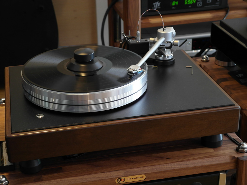 """The Classic, in my opinion, exceeds the performance of [VPI's] ScoutMaster series and breaks new sonic ground… at a breathtakingly low price.  I think this is Weisfeld's best sounding design.  If ever there were a best buy in 'tables, this is it!""  – Harry Pearson, The Absolute Sound, Golden Ear Award Issue, June/July 2009"