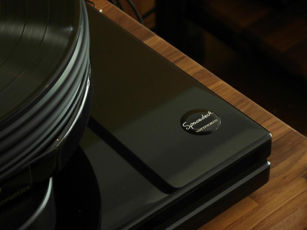 หน้าสัมผัสขนาดเล็กของแกนจานหมุนเป็นแบบแบนราบและมีพื้นที่ว่างสำหรับน้ำมันหล่อลื่น (oil pumping lead bronze)
