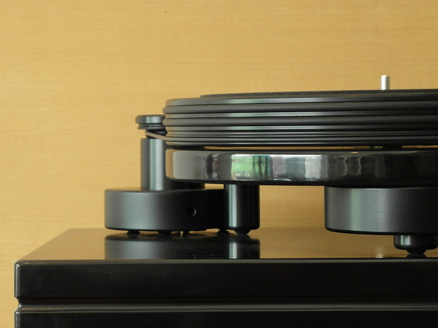 Nottingham Analogue Space 204 มีแป้นถ้วงสแตนเลสหนักอยู่ใต้ที่รับแกนของจานหมุน (balance weight) เพื่อสร้างสมดุลย์และลดการเหวี่ยงสะบัดในขณะหมุนของจานหมุน (wow and flutter)