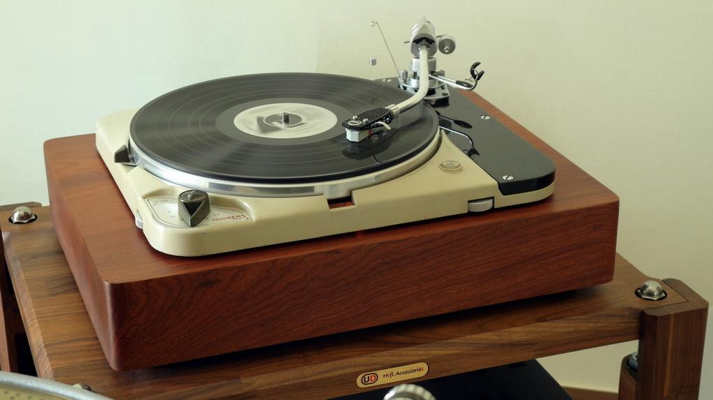 Original Thorens TD124 + Solid Wood Plinth + SME 3012 + London Gray Export ราคา 110,000.- สอบถามรายละเอียดเพิ่มเติมได้ครับ โทร. 084 560 3199