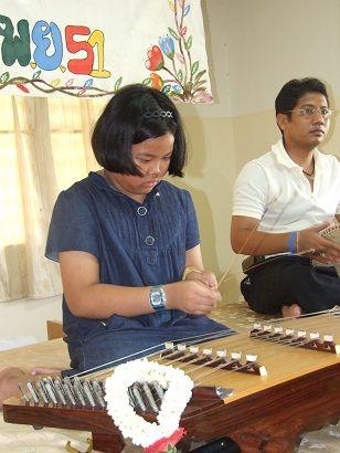 น้องเจน บรรเลง ขิม ในงานดนตรีในบ้าน