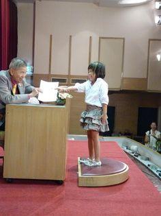 น้องคุณปลื้ม รับเกียรติบัตรรับรองการสอบจากท่านประธาน พลอากาศโทบุญทรง สุภานันท์