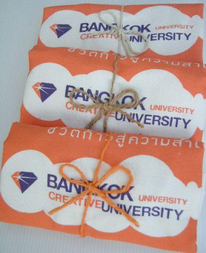 ถุงผ้า มหาวิทยาลัยกรุงเทพ ผูกเชือกปอ พร้อมให้ผู้รับ น่ารัก น่าใช้ มีประโยชน์ ช่วยลดโลกร้อน