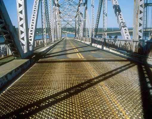 ตะแกรงเหล็กฉีก เป็นพื้นถนนชั่วคราวที่สะพานเจมส์ทาวน์