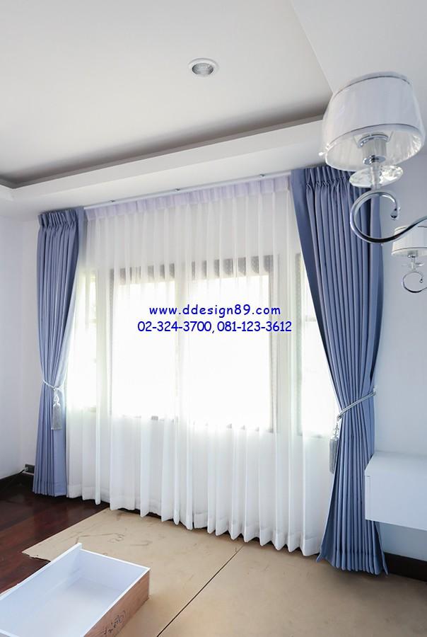 ผ้าม่านจีบแบบทึบและผ้าม่านแบบโปร่ง ติดม่านโปร่งสีขาวด้วย ทำให้ภายในห้องมีบรรยากาศปลอดโปร่ง
