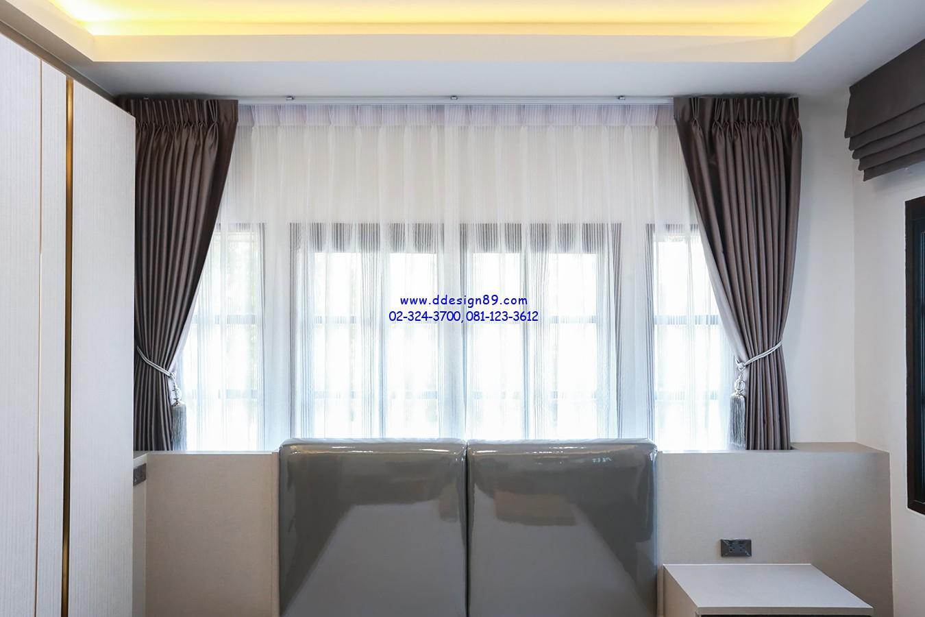 ม่านติดในห้องนอน ห้องเรียบหรูด้วยม่านจีบสวยงาม และผ้าโปร่งกรองแสงสบายตา