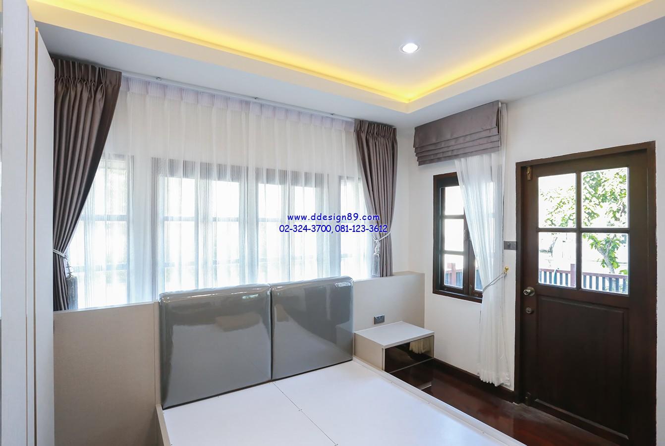 ม่านติดในห้องนอน  ส่วนของห้องนอน บริเวณหัวเตียงเลือกการติดม่านให้สูงจรดเพดาน เพื่อให้ห้องนอนดูกว้างปลอดโปร่ง