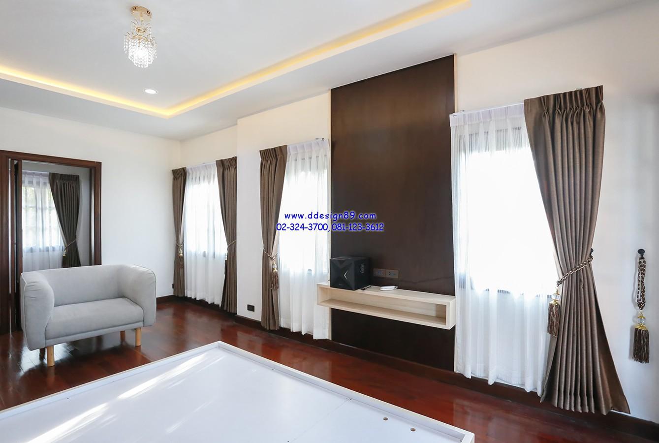 ม่านติดในห้องนอน ลดความอึดอัดของบ้านพื้นไม้สีเข้ม ด้วยผ้าโปร่งสีขาวนวล สบายตา