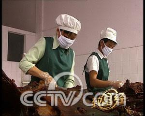คนงานกำลังตัดแต่งชิ้นเนื้อ