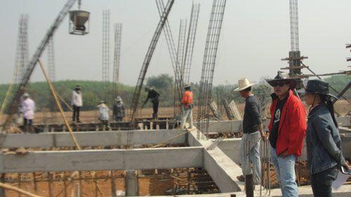 ควบคุมงานก่อสร้างอาคารสำนักงานใหม่