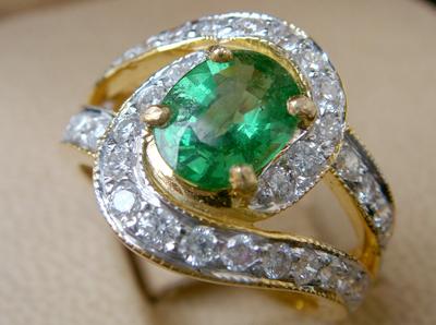 แหวนพลอยเขียว ใบเซอร์ฯ  (นน.ทอง 6.8 กรัม เพชร 38P=0.94 กะรัต พลอย 1.31 กะรัต)  ราคา : 52,000 บาท