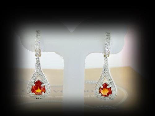 ต่างหูทองคำขาว Orange Red sapphire ใบเซอร์ฯ  (นน.ทอง 6 กรัม เพชร 56P=0.74 กะรัต พลอย 2P=2.41 กะรัต)  ราคา : 41,000 บาท