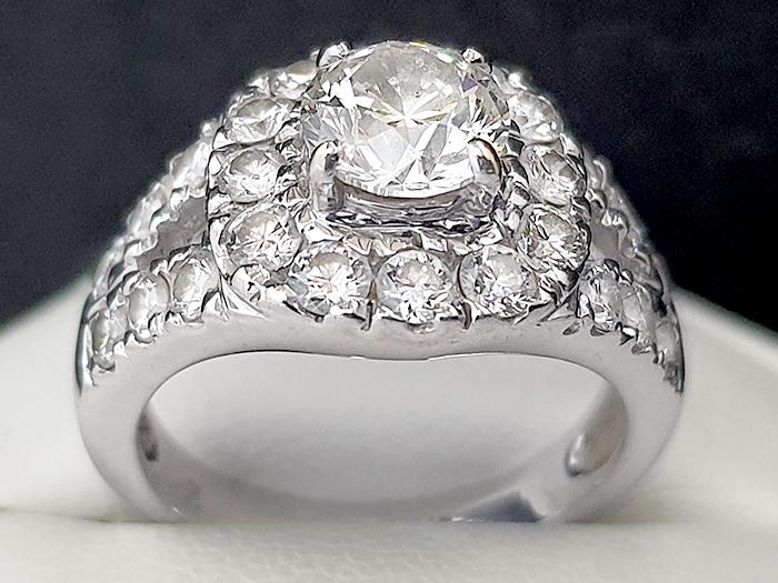 แหวนกระจุกเพชรล้อม  ทอง / Gold:   6.2  กรัม / g  เพชร / Diamond:     1P=1.01, 24P=1.12  กะรัต / ct   ราคา / Price:    180,000     บาท / Bath