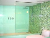 ผนังห้อง Shower กรุด้วยกระจกเคลือบสี Glass Effexts