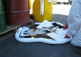 Oil Absorbent - ใช้วัสดุดูดซับน้ำมัน จำกัดการไหลปนเปื้อนน้ำมัน