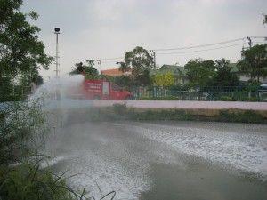 ฉีดคลุมแหล่งน้ำที่มีคราบน้ำมัน คราบไขมัน ด้วย Oil Spill Control - KEEEN
