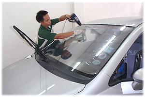 เจ.ออโต้ กลาส มีช่างผู้ชำนาญงาน สำหรับงานติดฟิล์มกรองแสงรถยนต์