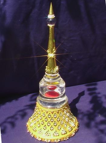 เจดีย์ลายไทยสีทองประกายแก้วประดับเพชร