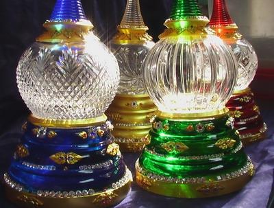 ประกายแก้วคริสตัลสะท้อนแสงสวยงามมาก ของเจดีย์คริสตัลขนาด 5 นิ้ว