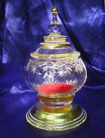 ประกายแก้วสะท้อนเพิ่มความสวยงามให้แก่ผอบแก้วคริสตัลเป็นอย่างมาก
