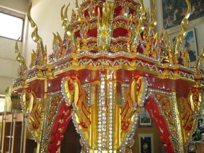 ซุ้มเรือนยอดสะท้อนถึงความเป็นไทยใน บุษบก 15 นิ้ว