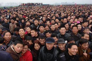 จีนเป็นประเทศที่มีประชากรมากที่สุดของโลก เมื่อถึงวันที่ 1 พฤศจิกายน ปี  ค.ศ.2000 ประเทศจีนมีประชากรทั้งหมด 1,295 ล้านคน วันที่ 6 เดือนมกราคม ปี ค.