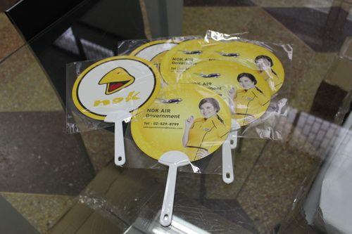 พัดพลาสติก โลโก้ Nok air สามารถออกแบบได้ตามความต้องการ