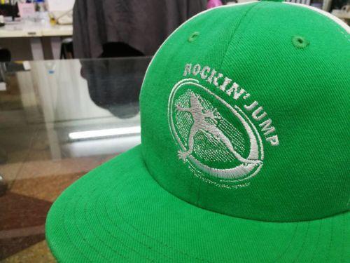 หมวก,ของพรีเมี่ยม,ของที่ระลึก,ของขวัญปีใหม่,ของที่ระลึกเกษียณอายุราชการ,ของที่ระลึกงานศพ ของขวัญแจกพนักงานหมวก ROCKIN' JUMP หมวกสีเขียวล้วน โลโก้สีขาว ด้านหน้า 1 ตำแหน่ง
