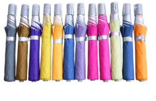 ร่มยูวี ร่มพับ 2 ตอน คละสีร่ม ด้ามจับพลาสติกสีเทา ผ้าด้านนอกคละสี