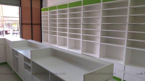 ตู้ติดผนังหลังทึบ สีเขียว ม่านม้วนบังยา โต๊ะเภสัชกร เคาน์เตอร์ ตู้กลางร้าน ที่แขวนสินค้า ชั้นไม้