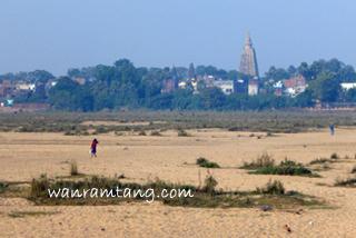 ริมฝั่งน้ำเนรัญชรา ที่เหลือแต่ผืนทราย